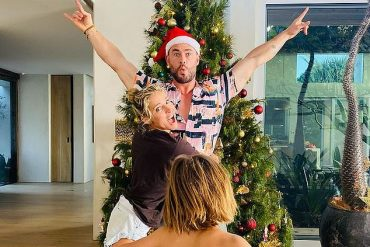 'happy vacation!'  Chris Hemsworth shared a beautiful photo of his Christmas celebrations on Saturday, as he spent the day with his wonderful family at their home in Byron Bay