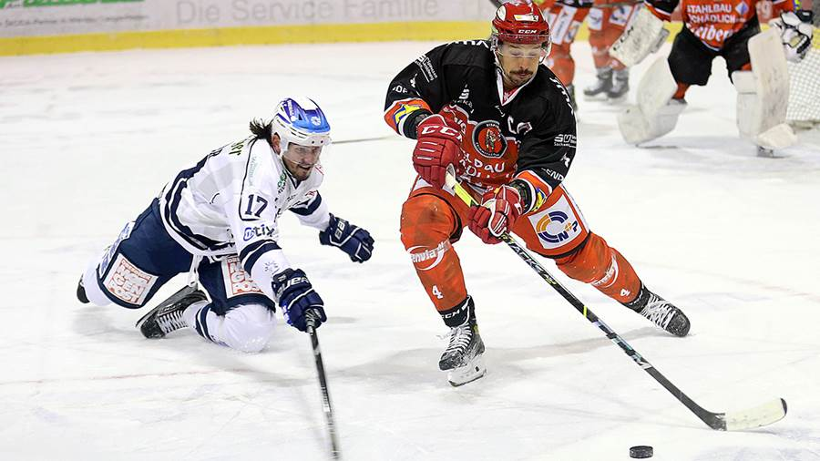 Felix Thomas (r.) From Eispiraten Crimmitschau tries to bypass Toni Ritter from Dresden with a puk.