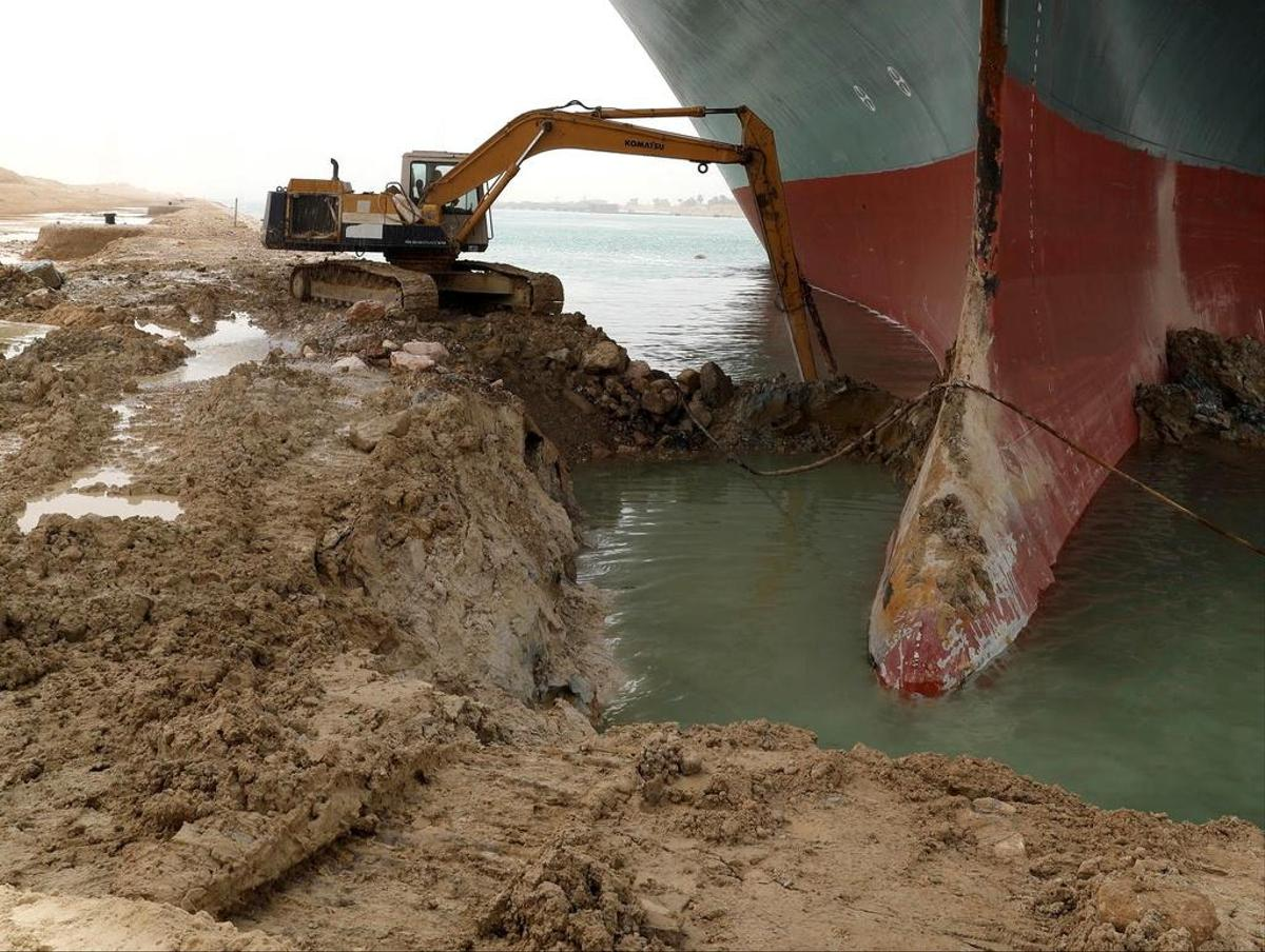 The dredger frees the ship from the sand.