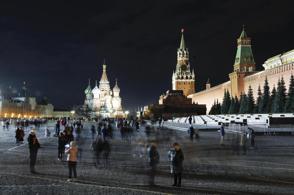 Another example from Moscow: buildings covered with spotlights still dominate Red Square ...