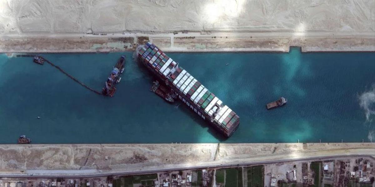 According to the channel authority, ten locomotives have tried to transport the giant cargo ship from four directions since dawn on Monday.