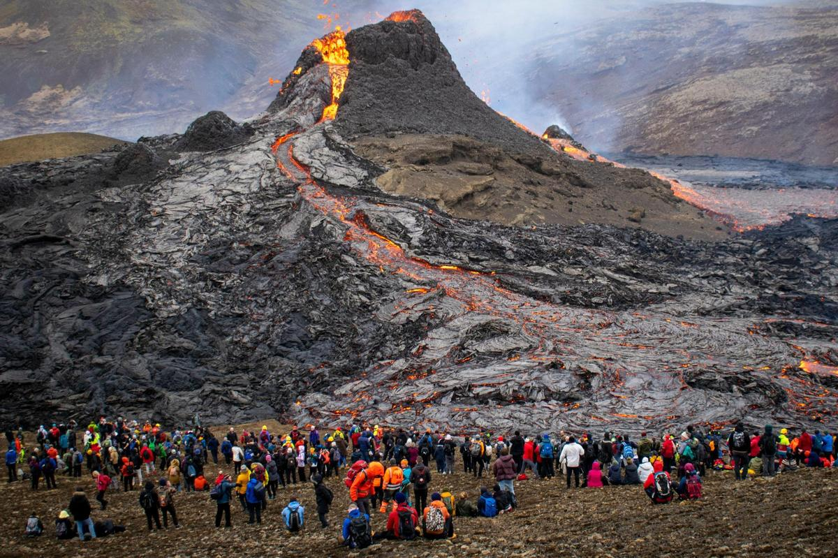 Lava flows attracted many tourists at the end of March.