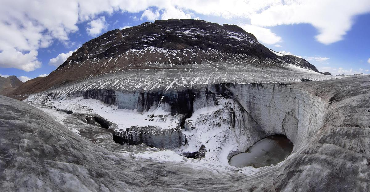 Glaciers are under increasing attack due to climate change - such as the Blaine Morty Glacier near Link in canton Bern.