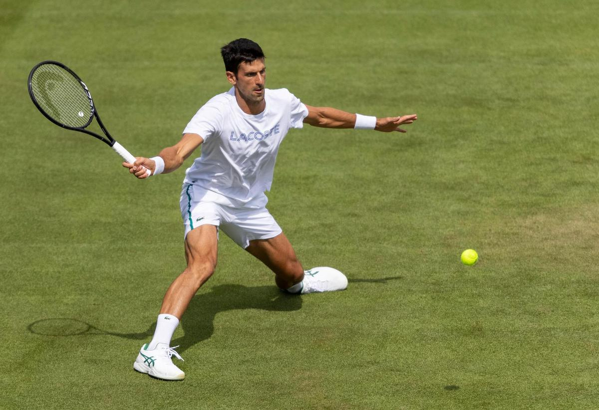 Returning to defend his title after two years: Novak Djokovic trains at Wimbledon.