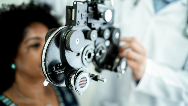 Optometry: If necessary, new visual aids can be adjusted a few weeks after the cataract operation as soon as possible.  (Source: Getty Images / IPGGutenbergUKLtd)