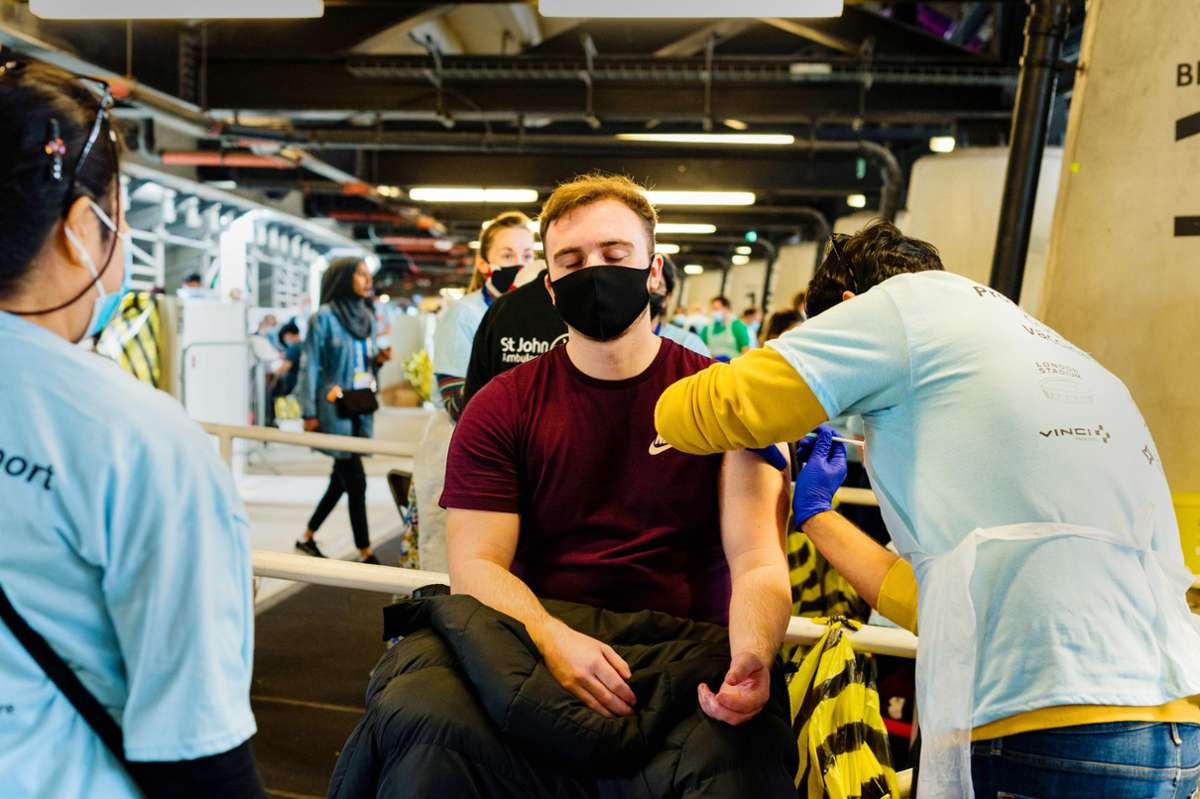 The wave of vaccinations continues to spread across the kingdom - here in London Stadium during the mass vaccination of Covid.  Photo: Imago Images / Noor Photo / Masik Musicalik