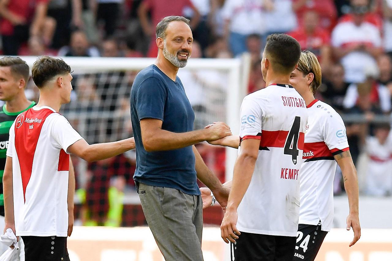 Stuttgart coach Pellegrino Matarazzo applauds the players